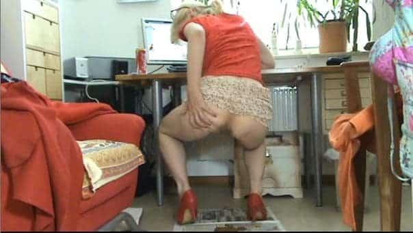 Femme mure élégante fait caca devant sa webcam