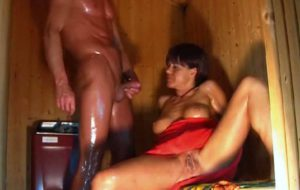 jolie femme mure se fait pisser dessus dans un sauna