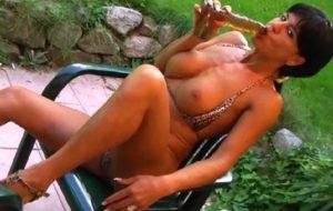 Jolie MILF se fait pisser dessus , dégueule et boit son urine