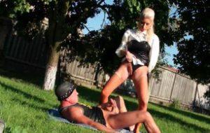 Secrétaire blonde pisse sur un mec
