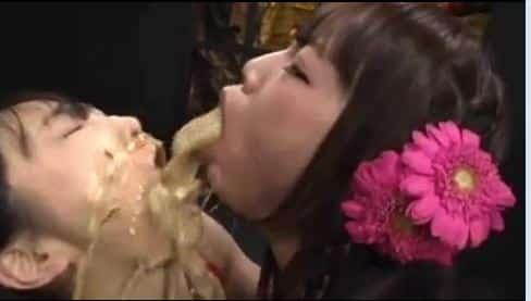 Deux asiatiques japonaises se vomissent dans la bouche