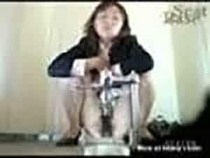 femme d'affaire japonaise a la chatte poilue chie en spy cam