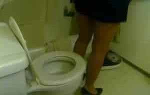femme en talon fait caca sur ses toilettes