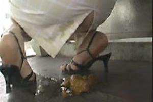 Lavement anal plein de merde et elle doit se retenir de chier dans le metro