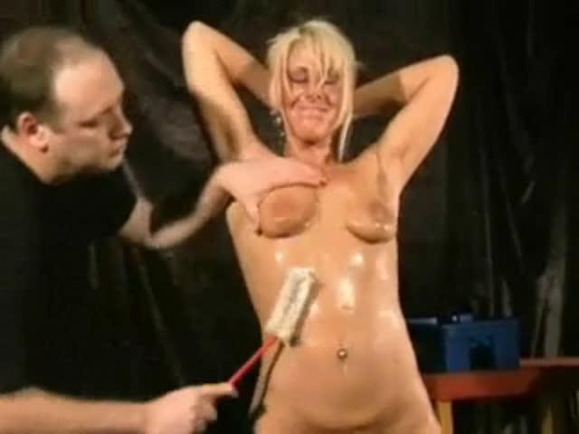 Bizarre Pissing Humiliation avec Crystel Lei