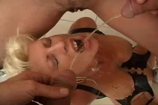 EVA DELAGE prend des jets de pisse dans sa bouche