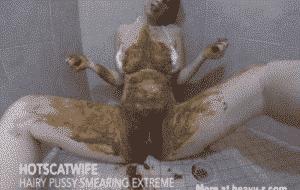 HotScatWife chie dans la salle de bain et se masse a la merde
