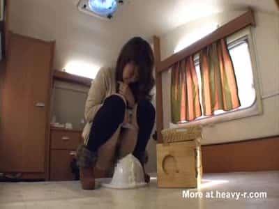 Femme japonaise fait caca au toilette en vidéo