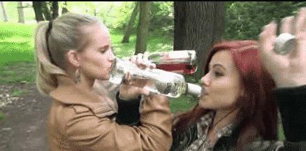 Femmes bourrées qui pissent partout