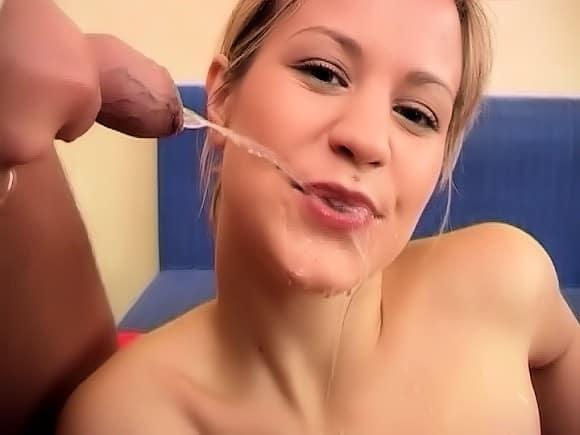 Une jeune blonde pisseuse et lubrique de 20 ans