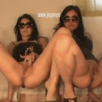 2 femmes mannequins brune font caca l'une a coté de l'autre
