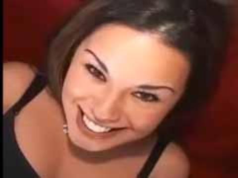 Jeune femme mignonne sourit et fait caca dans une assiette
