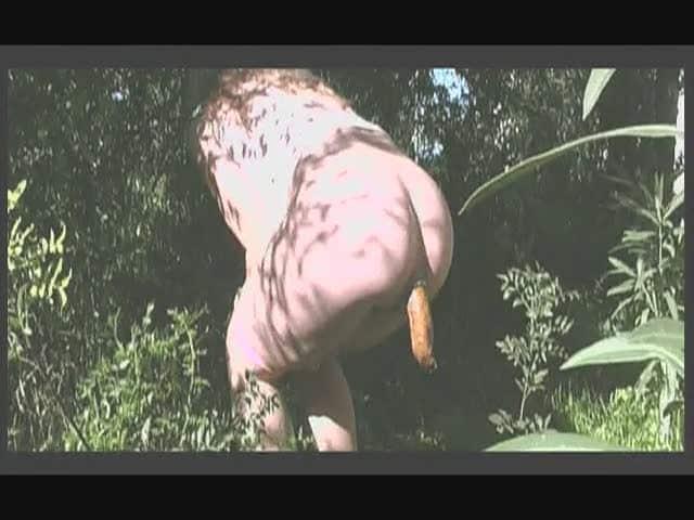 Madame chie une énorme merde dans les bois