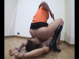 Maitresse chie de force dans la bouche de son esclave sexuel