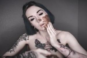 Brune sublime se barbouille le visage de merde et la mange