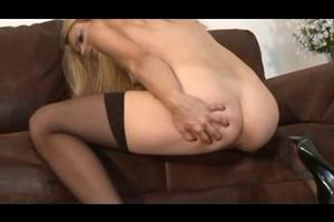 Top modele blonde se caresse pisse et chie