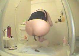 Voila une belle Japonaise qui joue avec sa merde en webcam