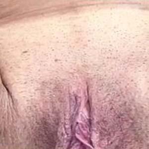 MILF au gros seins gros plan sur sa chatte qui pisse