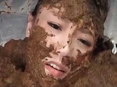 Mange caca et bain de merde pour femme scatophile