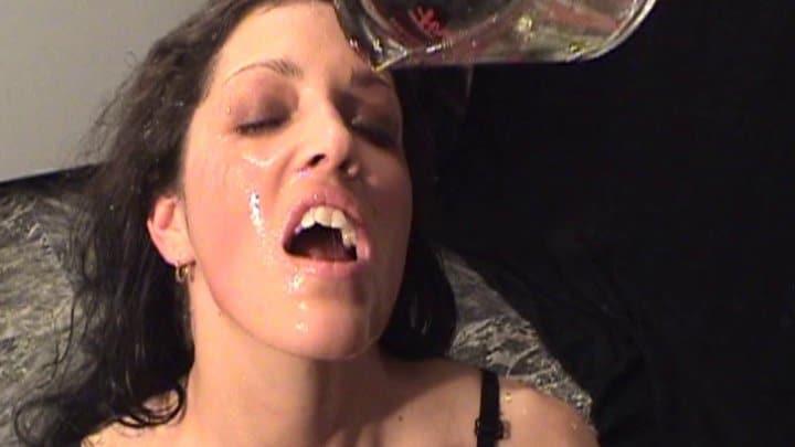extreme ! baise hardcore avec madeleine qui joue avec de la pisse bien chaude