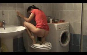 Elle decide de faire caca sur les toilettes
