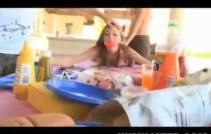Une vidéo extrême et nourriture avec une jeunette