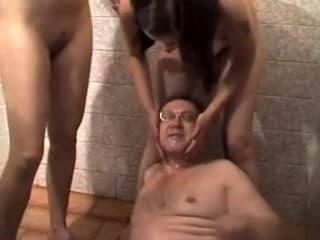 Un homme boit la pisse de 2 femmes