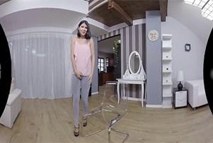 Vr Porno JOlie brune lady dee pisse dans son jean