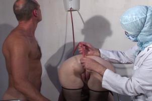 Mme Thomas en consultation chez nos docteurs pervers [fist fucking anal enema)