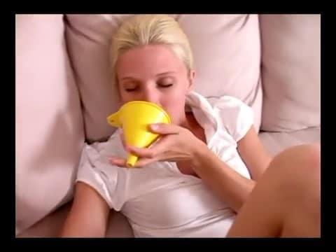 blonde pete avec un entonnoir dans le cul