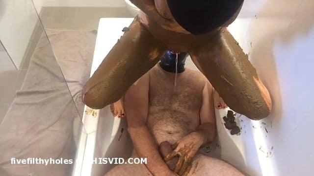 domina scato chie sur un mec dans la baignoire