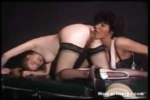 femme leche la merde collée au cul poilue de sa copine