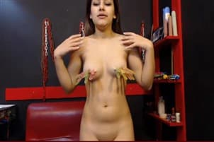 camgirl vomit avec des pinces sur les tétons