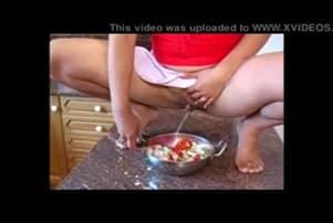 elle pisse dans la bouffe et mange