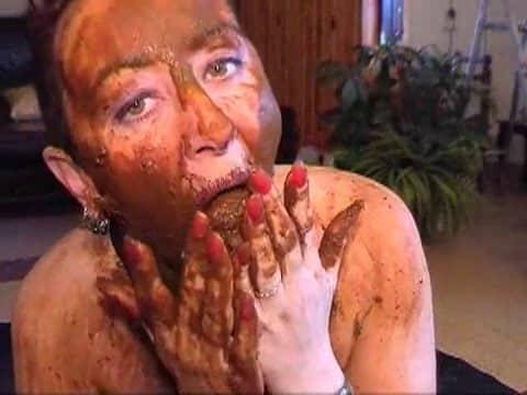 elle se barbouille de merde après caca dans la bouche