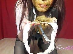 Scatlina mange sa merde et se barbouille le visage avec