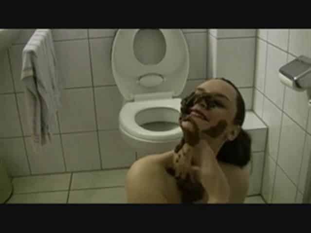 marie fait caca sur le visage de sa femme