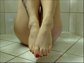 jolie pied manucuré et elle fait caca