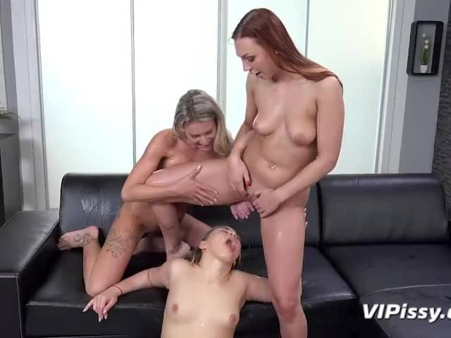 3 jeunes femmes pisseuses s'amusent entre elles