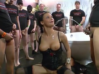 15 mecs la baisent et lui urinent dessus [partouze uro]