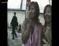 japonaise se baladent dans la rue recouverte d'excrement