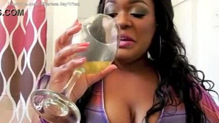 Jolie black qui pisse dans un bol et le boit