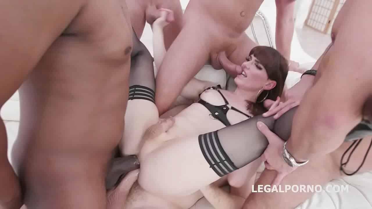 Natalie mars transsexuel défoncée éclatée par le cul et recouvert de pisse