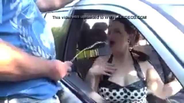 femme se fait pisser dans la bouche
