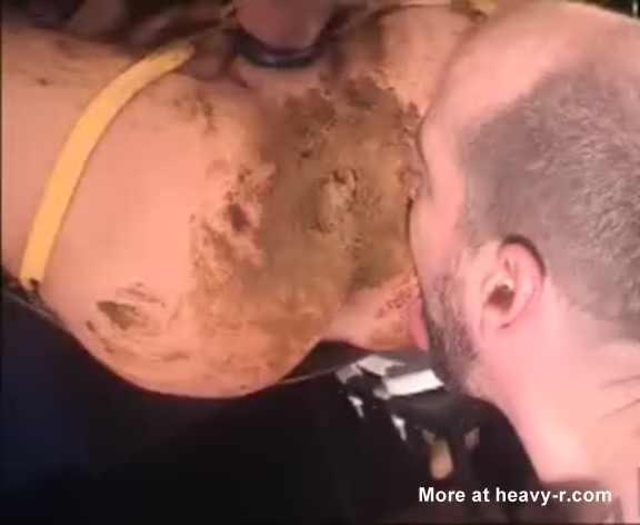 gay bouffe le trou du cul plein de merde de son mec