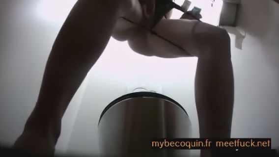 Caca et femme qui fait ses besoins dans toilettes avec caméra