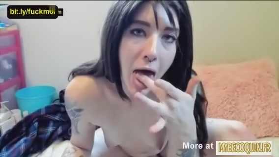 femme adepte de scatophilie joue avec sa merde