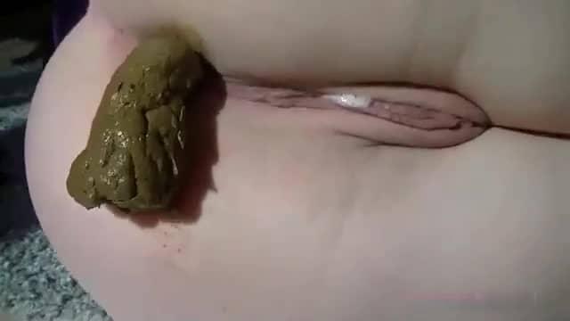 gros plan sur anus qui fait caca